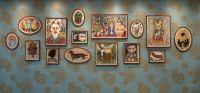 Erindringsvæg - Udsmykning af væg. Eriksminde Efterskole. Væggens mål: 830x320 cm. 15 indrammede akvareller. Tapet designet af kunstneren. Støttet af Statens Kunstfond